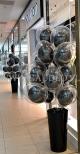Balony z helem jako dekoracja na otwarcie sklepu w Kielcach.