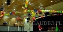Balony helowe na balu mikołajkowym dekorują salę w CK Agora we Wrocławiu.