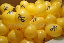 Balony reklamowe założone na patyczki.