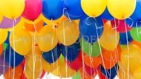 Balony reklamowe z helem czekają na rozdawanie przez hostessy.