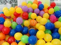 Balony nadmuchane powietrzem i założone na patyczki.