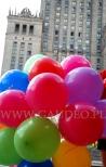 Ologowane balony na patyczkach pod PKiN w Warszawie.
