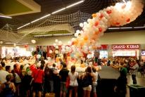 Balony spadają na klientów galerii.