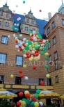 Balony wypełnione helem ulatują ku niebu.