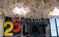 Balony helowe jako dekoracja urodzinowa pomieszczeń biurowych.