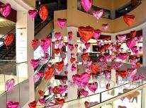 Balonowe serca z helem jako dekoracja na Walentynki.