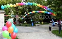 Balony z helem jako dekoracja imprezy plenerowej.
