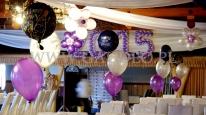 Dekoracja balonowa na Sylwestra z stroikami helowymi.