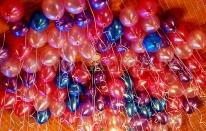 Balony helowe latające pod sufitem.