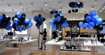 Balony z helem jako dekoracja sklepu.