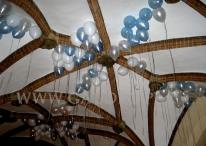 """Balony z helem na imprezie z tematem """"Piekło i Niebo""""."""