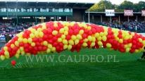 Balony z helem na chwilę przed puszczeniem w niebo na Stadionie Olimpijskim we Wrocławiu.