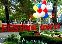 Balony helowe dekorują teren Wrocławskiego Festiwalu Krasnoludków.