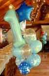 Urodzinowy stroik z balonów napełnionych helem.