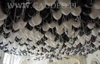 Balony helowe wypełniają sufit sali.