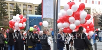 Rozdawanie balonów z nadrukiem i helem.