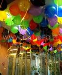 Kolorowe balony helowe w biurze w Warszawie.
