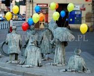 Wrocławskie rzeźby niosą balony z helem w czasie akcji uwalniania balonów.