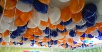 Balony z nadrukiem i helem latają pod sufitem.