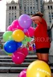 Balony reklamowe na patyczkach rozdawane przechodniom pod PKiN.