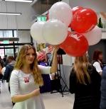Balony z nadrukiem na patyczkach dla klientów.