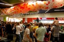 Balony w siatce, podwieszone pod sufitem Galerii Gemini Park Tarnów czekają na zrzucenie na klientów.