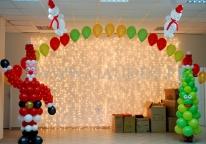 Bałwanki i choinka na świąteczny bal dla dzieci.