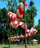 Uroczystości patriotyczne udekorowane balonami.