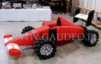 Wyścigowy bolid Formuły 1 wykonany z balonów.