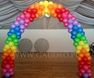 Kolorowa brama z balonów na zabawie dla dzieci z okazji Dnia Dziecka.