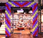 Brama z balonów jako dekoracja wejścia na otwarciu nowego sklepu.