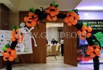 Brama balonowa na imprezie z okazji halloween.