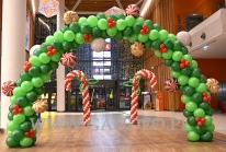 Balonowa brama mikołajkowa w Galerii.