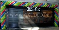 Brama balonowa przy sklepie Empik z okazji Dnia Dziecka.