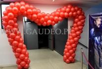 Balonowa brama serce jako dekoracja wejścia.