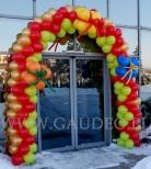 Brama balonowa udekorowana prezentami.