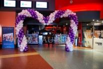 Brama balonowa w kształcie serca w kinie z okazji Walentynek.