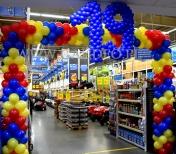 Brama z balonów jako dekoracja na urodzinach Castoramy.