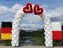 Brama balonowa z flagami na międzynarodowy ślub.