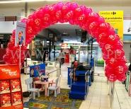 Brama z balonów zamontowana na kasie supermarketu.