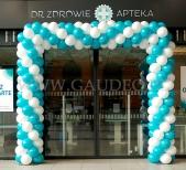 Brama z balonów na dworcu PKP jako dekoracja nowo otwartej apteki.