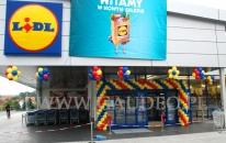Brama z balonów na otwarciu nowego sklepu Lidla.