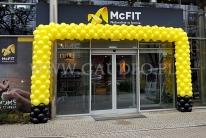 Brama balonowa jako dekoracja otwarcia nowej siłowni.