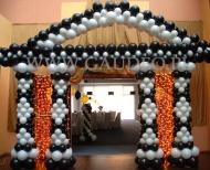Brama balonowa w stylu dwudziestolecia międzywojennego, przy wejściu na salę balową.