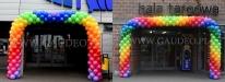 Bramy z balonów jako dekoracje wejścia do Hali Targowej.