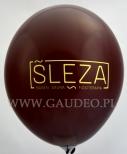 Bordowy balon z żółtym nadrukiem.