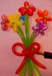 Bukiet poskręcanych kwiatków balonowych.