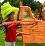 Chłopiec w kapeluszu z balonów.