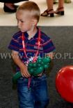 Chłopiec z balonowym dinozaurem.