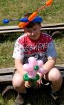 Chłopiec z balonowymi czółkami.